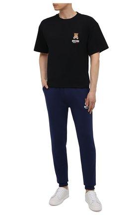 Мужские хлопковые джоггеры MOSCHINO темно-синего цвета, арт. A4326/8120 | Фото 2 (Материал внешний: Хлопок; Длина (брюки, джинсы): Стандартные; Мужское Кросс-КТ: Брюки-белье; Кросс-КТ: домашняя одежда)