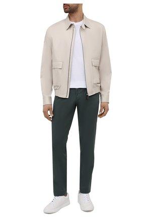 Мужские хлопковые брюки BOSS темно-зеленого цвета, арт. 50454408   Фото 2 (Материал внешний: Хлопок; Силуэт М (брюки): Чиносы; Стили: Кэжуэл; Случай: Повседневный; Длина (брюки, джинсы): Стандартные)