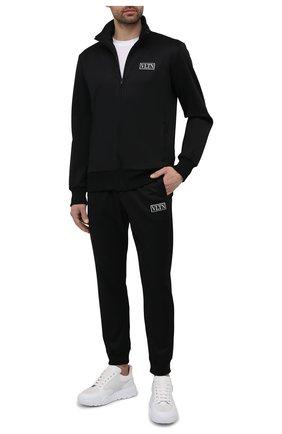 Мужские джоггеры VALENTINO черного цвета, арт. WV3MD03E7ML | Фото 2 (Материал внешний: Синтетический материал, Хлопок; Мужское Кросс-КТ: Брюки-трикотаж; Силуэт М (брюки): Джоггеры; Длина (брюки, джинсы): Стандартные; Кросс-КТ: Спорт; Стили: Спорт-шик)