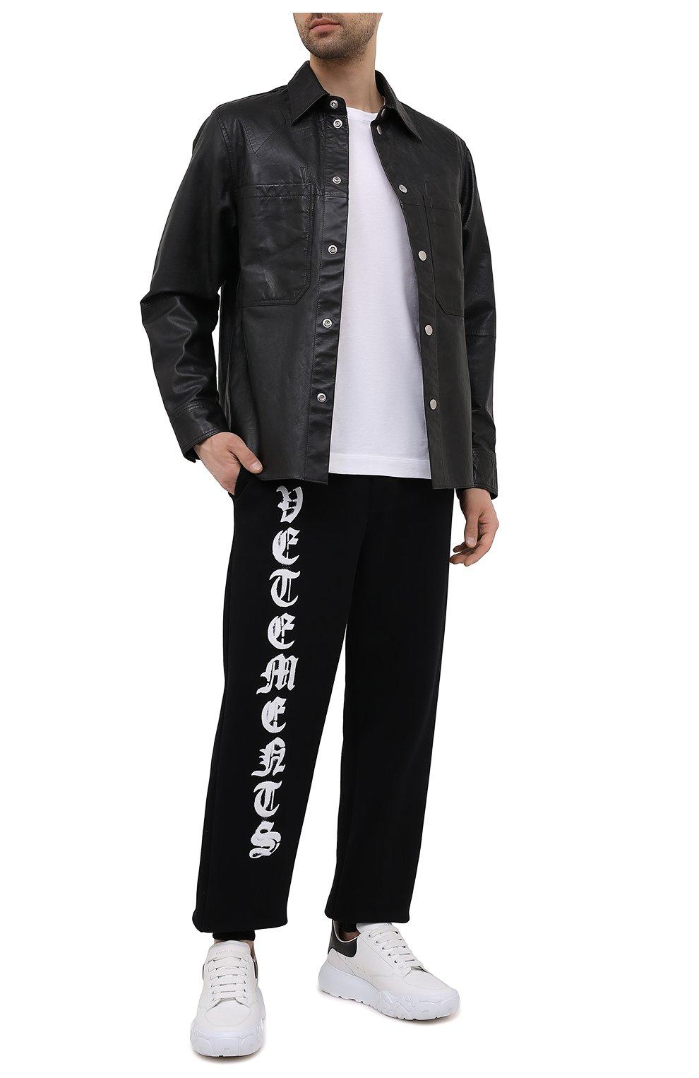 Мужские хлопковые джоггеры VETEMENTS черного цвета, арт. UA52PA270B 1601/M   Фото 2 (Мужское Кросс-КТ: Брюки-трикотаж; Длина (брюки, джинсы): Стандартные; Силуэт Ж (брюки и джинсы): Джоггеры; Женское Кросс-КТ: Джоггеры - брюки; Материал внешний: Хлопок; Стили: Спорт-шик; Силуэт М (брюки): Джоггеры)