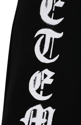 Мужские хлопковые джоггеры VETEMENTS черного цвета, арт. UA52PA270B 1601/M   Фото 5 (Мужское Кросс-КТ: Брюки-трикотаж; Длина (брюки, джинсы): Стандартные; Силуэт Ж (брюки и джинсы): Джоггеры; Женское Кросс-КТ: Джоггеры - брюки; Материал внешний: Хлопок; Стили: Спорт-шик; Силуэт М (брюки): Джоггеры)