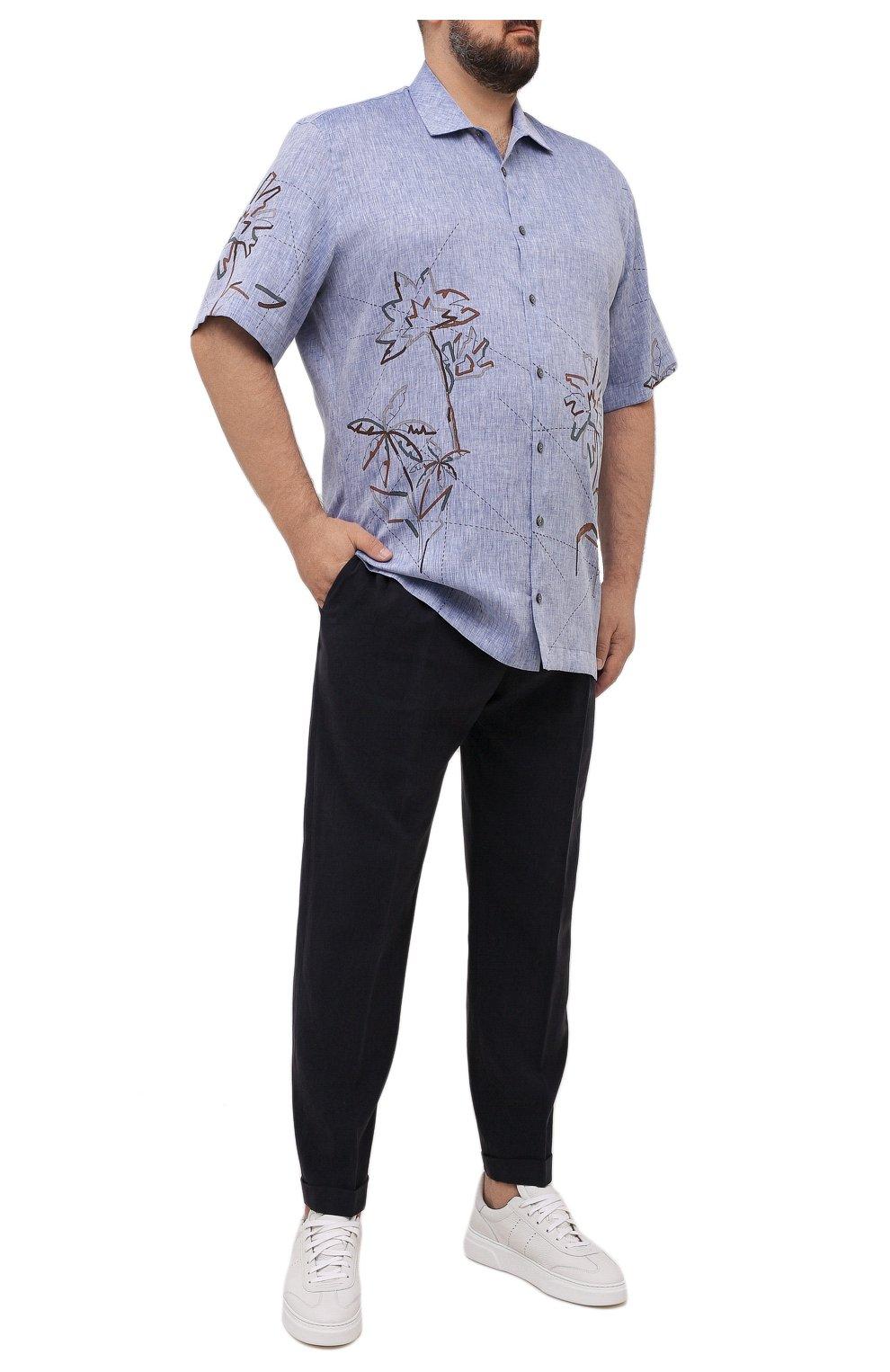 Мужская льняная рубашка CORTIGIANI синего цвета, арт. 115620/0000/60-70   Фото 2 (Воротник: Акула; Рукава: Короткие; Случай: Повседневный; Принт: С принтом; Длина (для топов): Удлиненные; Материал внешний: Лен; Стили: Кэжуэл)