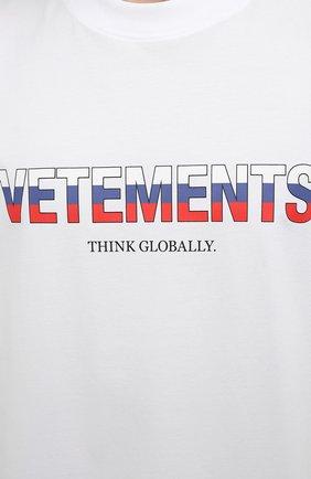 Мужская хлопковая футболка VETEMENTS белого цвета, арт. UA52TR290R 1611/M   Фото 5 (Рукава: Короткие; Длина (для топов): Стандартные; Стили: Гранж; Принт: С принтом; Материал внешний: Хлопок)