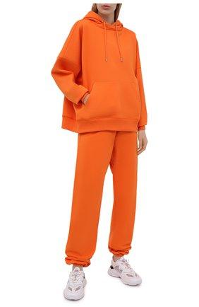 Женские хлопковые джоггеры HERON PRESTON FOR CALVIN KLEIN оранжевого цвета, арт. K10K108244 | Фото 2 (Женское Кросс-КТ: Брюки-спорт, Джоггеры - брюки; Длина (брюки, джинсы): Удлиненные; Материал внешний: Хлопок; Стили: Спорт-шик; Силуэт Ж (брюки и джинсы): Джоггеры)