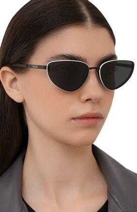 Женские солнцезащитные очки PRADA черного цвета, арт. 57WS-1AB05B | Фото 2 (Тип очков: С/з; Оптика Гендер: оптика-женское; Очки форма: Cat-eye)
