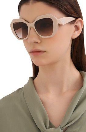 Женские солнцезащитные очки PRADA бежевого цвета, арт. 16WS-VYJ0A6   Фото 2 (Тип очков: С/з; Очки форма: Бабочка; Оптика Гендер: оптика-женское)