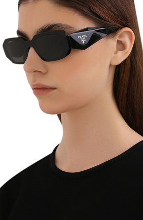 Женские солнцезащитные очки PRADA черного цвета, арт. 17WS-1AB5S0   Фото 2 (Тип очков: С/з; Очки форма: Прямоугольные; Оптика Гендер: оптика-женское)