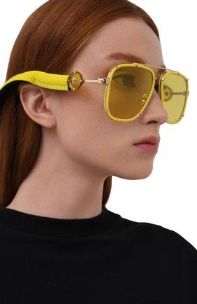 Женские солнцезащитные очки VERSACE желтого цвета, арт. 2233-14736D | Фото 2 (Тип очков: С/з; Оптика Гендер: оптика-унисекс; Очки форма: Авиаторы, Прямоугольные)