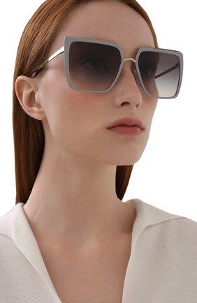 Женские солнцезащитные очки PRADA серого цвета, арт. 58WS-04R130 | Фото 2 (Тип очков: С/з; Очки форма: Квадратные, Прямоугольные; Оптика Гендер: оптика-женское)