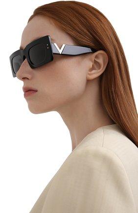 Женские солнцезащитные очки VALENTINO черного цвета, арт. 4094-500187 | Фото 2