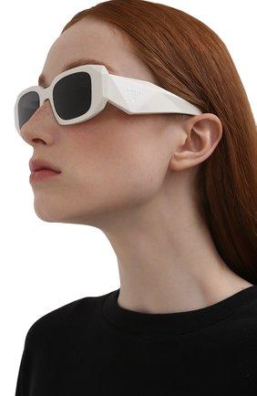 Женские солнцезащитные очки PRADA белого цвета, арт. 17WS-1425S0   Фото 2 (Тип очков: С/з; Оптика Гендер: оптика-женское; Очки форма: Прямоугольные)