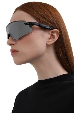 Женские солнцезащитные очки OAKLEY черного цвета, арт. 9471-947103 | Фото 2