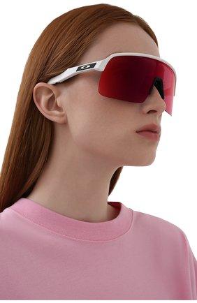 Женские солнцезащитные очки OAKLEY белого цвета, арт. 9463-946302 | Фото 2