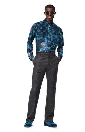 Мужская шелковая рубашка LOUIS VUITTON синего цвета, арт. 1A8XBX | Фото 2 (Материал внешний: Шелк; Рукава: Длинные; Принт: С принтом; Случай: Повседневный; Стили: Кэжуэл; Воротник: Кент; Манжеты: На пуговицах)