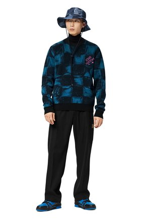 Мужской хлопковый свитер LOUIS VUITTON темно-синего цвета, арт. 1A8XDA | Фото 2 (Материал внешний: Хлопок; Стили: Кэжуэл; Рукава: Длинные; Принт: С принтом; Мужское Кросс-КТ: Свитер-одежда)
