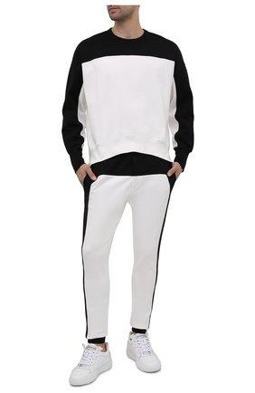 Мужские хлопковые джоггеры ALEXANDER MCQUEEN черно-белого цвета, арт. 662573/QRX87 | Фото 2 (Длина (брюки, джинсы): Стандартные; Материал внешний: Хлопок; Силуэт М (брюки): Джоггеры; Мужское Кросс-КТ: Брюки-трикотаж; Стили: Спорт-шик)