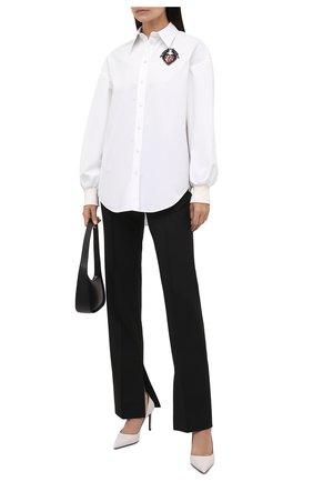 Женская хлопковая рубашка ALEXANDER MCQUEEN белого цвета, арт. 666910/QAAAY | Фото 2 (Длина (для топов): Удлиненные; Материал внешний: Хлопок; Рукава: Длинные; Стили: Гламурный; Принт: С принтом; Женское Кросс-КТ: Рубашка-одежда)