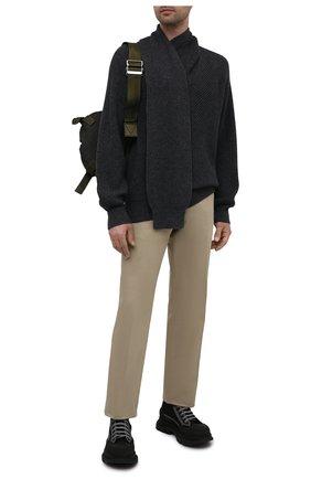 Мужской шерстяной свитер ALEXANDER MCQUEEN серого цвета, арт. 663615/Q1AUR | Фото 2 (Рукава: Длинные; Материал внешний: Шерсть; Длина (для топов): Стандартные; Мужское Кросс-КТ: Свитер-одежда; Принт: Без принта; Стили: Минимализм)