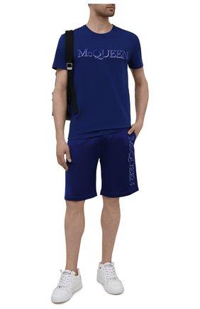 Мужские шорты из вискозы и хлопка ALEXANDER MCQUEEN синего цвета, арт. 662588/QRZ74 | Фото 2 (Материал внешний: Хлопок; Длина Шорты М: До колена; Кросс-КТ: Трикотаж; Стили: Спорт-шик)