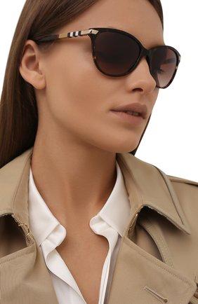 Женские солнцезащитные очки BURBERRY коричневого цвета, арт. 4216-300213   Фото 2