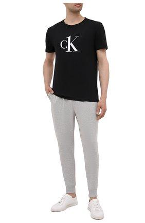 Мужские домашние джоггеры CALVIN KLEIN серого цвета, арт. NM2092E   Фото 2 (Материал внешний: Хлопок, Синтетический материал; Длина (брюки, джинсы): Укороченные; Кросс-КТ: домашняя одежда)