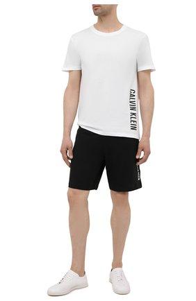 Мужская хлопковая футболка CALVIN KLEIN белого цвета, арт. KM0KM00604 | Фото 2 (Рукава: Короткие; Длина (для топов): Стандартные; Материал внешний: Хлопок; Мужское Кросс-КТ: Футболка-пляж; Стили: Спорт-шик)