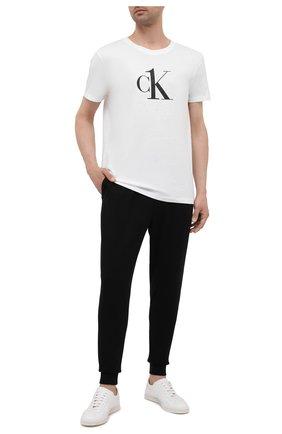 Мужская хлопковая футболка CALVIN KLEIN белого цвета, арт. KM0KM00646 | Фото 2 (Длина (для топов): Стандартные; Материал внешний: Хлопок; Рукава: Короткие; Мужское Кросс-КТ: Футболка-пляж; Стили: Спорт-шик)
