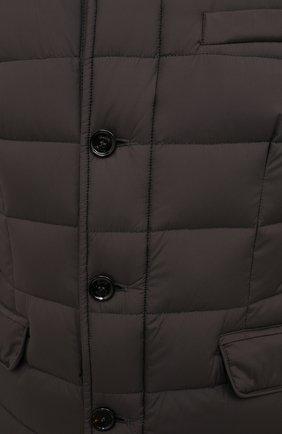 Мужская пуховая куртка zayn-op MOORER коричневого цвета, арт. ZAYN-0P/M0UGI100307-TEPA017   Фото 5 (Кросс-КТ: Куртка, Пуховик; Мужское Кросс-КТ: пуховик-короткий; Рукава: Длинные; Материал внешний: Синтетический материал; Материал подклада: Синтетический материал; Длина (верхняя одежда): Короткие; Материал утеплителя: Пух и перо; Стили: Кэжуэл)