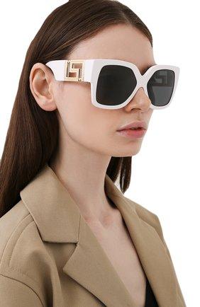 Женские солнцезащитные очки VERSACE белого цвета, арт. 4402-314/87 | Фото 2
