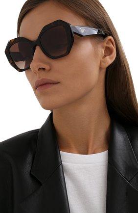 Женские солнцезащитные очки PRADA коричневого цвета, арт. 16WS-2AU6S1   Фото 2 (Тип очков: С/з; Очки форма: Бабочка; Оптика Гендер: оптика-женское)