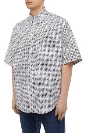 Мужская хлопковая рубашка BALENCIAGA черно-белого цвета, арт. 647354/TKL40 | Фото 3 (Воротник: Button down; Рукава: Короткие; Случай: Повседневный; Длина (для топов): Стандартные; Стили: Гранж; Принт: С принтом; Материал внешний: Хлопок)