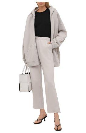 Женские хлопковые брюки BALENCIAGA светло-серого цвета, арт. 657822/TJVN8 | Фото 2 (Материал внешний: Хлопок; Длина (брюки, джинсы): Стандартные; Силуэт Ж (брюки и джинсы): Широкие; Женское Кросс-КТ: Брюки-одежда; Кросс-КТ: Трикотаж; Стили: Спорт-шик)
