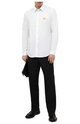 Мужская хлопковая рубашка VERSACE белого цвета, арт. A89273/A232105 | Фото 2 (Материал внешний: Хлопок; Случай: Повседневный; Рукава: Длинные; Рубашки М: Regular Fit; Стили: Кэжуэл; Воротник: Кент; Длина (для топов): Стандартные; Манжеты: На пуговицах; Принт: Однотонные)