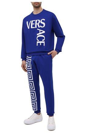 Мужской хлопковый свитшот VERSACE синего цвета, арт. 1001377/1A01015 | Фото 2 (Длина (для топов): Стандартные; Материал внешний: Хлопок; Стили: Спорт-шик; Рукава: Длинные; Мужское Кросс-КТ: свитшот-одежда; Принт: С принтом)