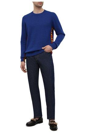 Мужской свитер из шерсти и шелка VERSACE синего цвета, арт. 1001159/1A00788 | Фото 2 (Рукава: Длинные; Длина (для топов): Стандартные; Материал внешний: Шелк, Шерсть; Мужское Кросс-КТ: Свитер-одежда; Принт: С принтом; Стили: Кэжуэл)