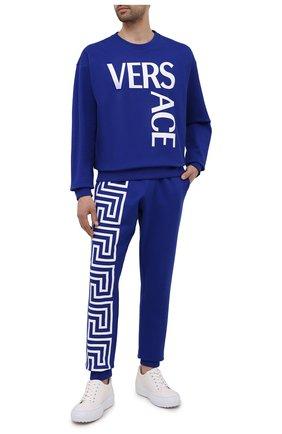 Мужские хлопковые джоггеры VERSACE синего цвета, арт. 1001085/1A00720 | Фото 2 (Материал внешний: Хлопок; Длина (брюки, джинсы): Стандартные; Силуэт М (брюки): Джоггеры; Кросс-КТ: Спорт; Стили: Спорт-шик; Мужское Кросс-КТ: Брюки-трикотаж)