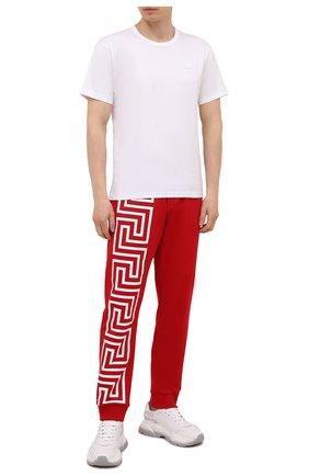 Мужские хлопковые джоггеры VERSACE красного цвета, арт. 1001085/1A00720   Фото 2 (Материал внешний: Хлопок; Длина (брюки, джинсы): Стандартные; Силуэт М (брюки): Джоггеры; Кросс-КТ: Спорт; Мужское Кросс-КТ: Брюки-трикотаж; Стили: Спорт-шик)