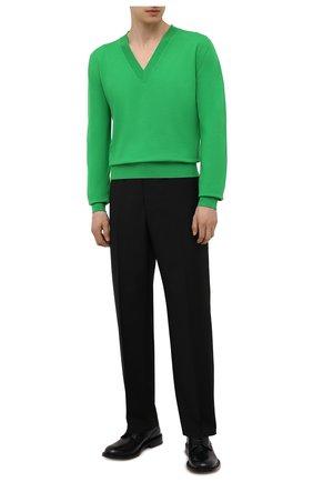 Мужской шерстяной пуловер BOTTEGA VENETA зеленого цвета, арт. 668702/V0ZY0 | Фото 2 (Материал внешний: Шерсть; Мужское Кросс-КТ: Пуловеры; Рукава: Длинные; Принт: Без принта; Стили: Минимализм; Длина (для топов): Стандартные; Вырез: V-образный)