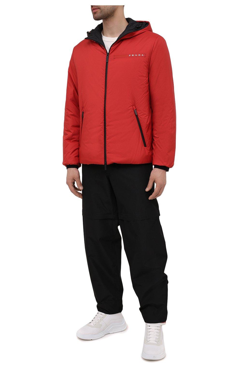 Мужская утепленная куртка PRADA красного цвета, арт. SGB296-1XYW-F0011-192   Фото 2 (Кросс-КТ: Куртка; Мужское Кросс-КТ: пуховик-короткий; Рукава: Длинные; Материал внешний: Синтетический материал; Длина (верхняя одежда): Короткие; Стили: Кэжуэл)