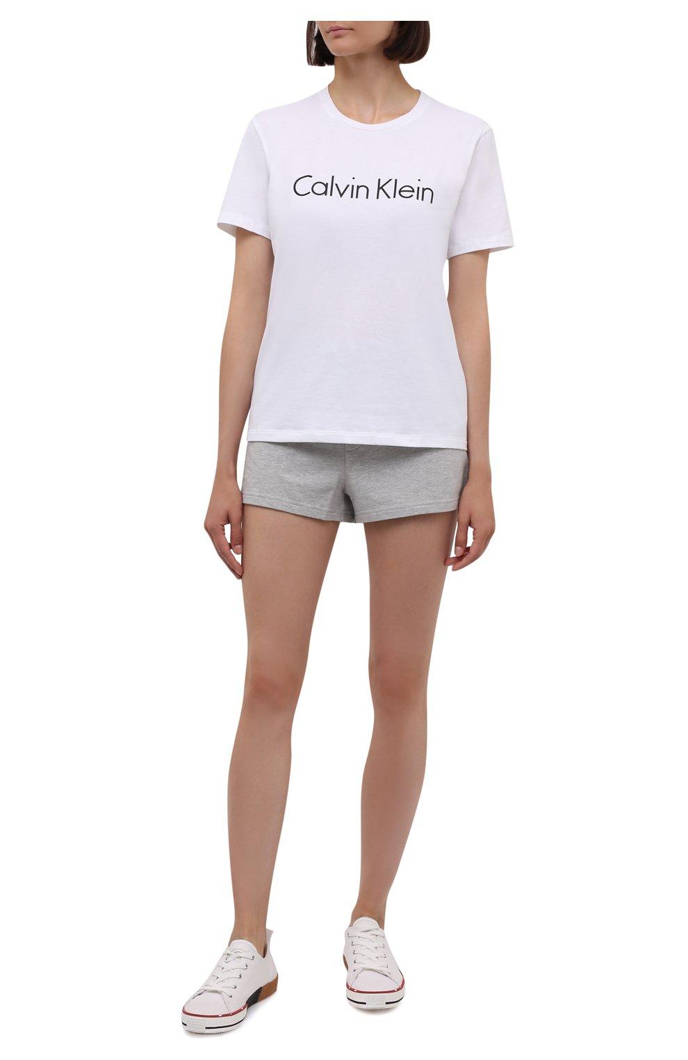 Женская футболка CALVIN KLEIN белого цвета, арт. QS6689E   Фото 2 (Рукава: Короткие; Материал внешний: Синтетический материал, Хлопок; Длина (для топов): Стандартные; Женское Кросс-КТ: Футболка-белье)