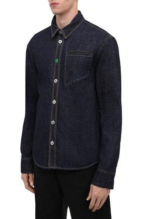 Мужская джинсовая рубашка BOTTEGA VENETA темно-синего цвета, арт. 666067/V0W20 | Фото 3 (Манжеты: На пуговицах; Воротник: Кент; Рукава: Длинные; Кросс-КТ: Деним; Случай: Повседневный; Длина (для топов): Стандартные; Материал внешний: Хлопок; Принт: Однотонные; Стили: Минимализм)