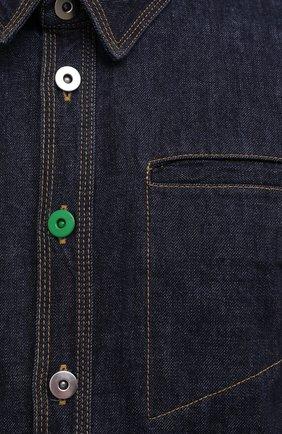 Мужская джинсовая рубашка BOTTEGA VENETA темно-синего цвета, арт. 666067/V0W20 | Фото 5 (Манжеты: На пуговицах; Воротник: Кент; Рукава: Длинные; Кросс-КТ: Деним; Случай: Повседневный; Длина (для топов): Стандартные; Материал внешний: Хлопок; Принт: Однотонные; Стили: Минимализм)