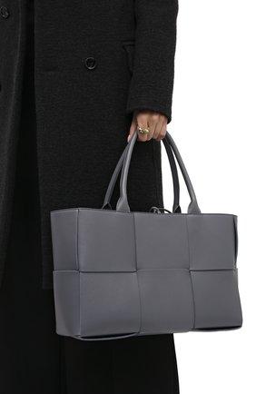 Женский сумка-тоут arco medium BOTTEGA VENETA серого цвета, арт. 609175/VCQC2 | Фото 2