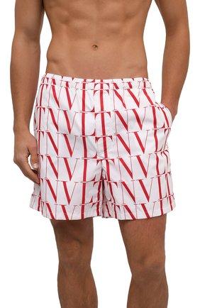 Мужские плавки-шорты VALENTINO белого цвета, арт. WV3UH0286G0 | Фото 2 (Материал внешний: Синтетический материал; Мужское Кросс-КТ: плавки-шорты; Принт: С принтом)