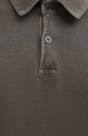 Мужское хлопковое поло JAMES PERSE хаки цвета, арт. MSX3337   Фото 5 (Застежка: Пуговицы; Рукава: Короткие; Длина (для топов): Удлиненные; Материал внешний: Хлопок; Стили: Кэжуэл)