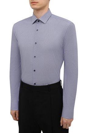 Мужская хлопковая сорочка HUGO темно-синего цвета, арт. 50456077   Фото 3 (Манжеты: На пуговицах; Воротник: Кент; Рукава: Длинные; Рубашки М: Regular Fit; Длина (для топов): Стандартные; Принт: С принтом; Материал внешний: Хлопок; Стили: Классический; Случай: Формальный)