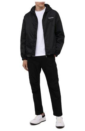 Мужская куртка VALENTINO черного цвета, арт. WV3CI3697G5 | Фото 2 (Материал внешний: Синтетический материал; Материал подклада: Синтетический материал; Кросс-КТ: Куртка, Ветровка; Длина (верхняя одежда): Короткие; Стили: Минимализм; Рукава: Длинные)