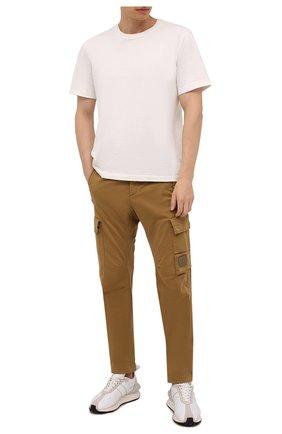 Мужские хлопковые брюки-карго C.P. COMPANY светло-коричневого цвета, арт. 11CMPA190A-005529G | Фото 2 (Материал внешний: Хлопок; Случай: Повседневный; Силуэт М (брюки): Карго; Стили: Кэжуэл; Длина (брюки, джинсы): Стандартные)