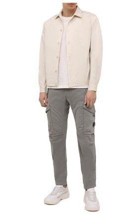 Мужские хлопковые брюки-карго C.P. COMPANY серого цвета, арт. 11CMPA187A-005529G | Фото 2 (Материал внешний: Хлопок; Длина (брюки, джинсы): Стандартные; Случай: Повседневный; Силуэт М (брюки): Карго; Стили: Кэжуэл)