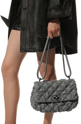 Женская сумка spikeme medium VALENTINO серого цвета, арт. WW2B0H78/EFZ | Фото 2 (Ремень/цепочка: На ремешке; Размер: medium; Материал: Натуральная кожа; Сумки-технические: Сумки через плечо)